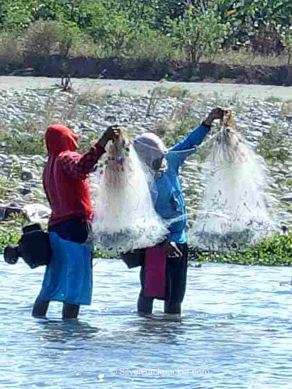 Fishing on the Abra River using a long net